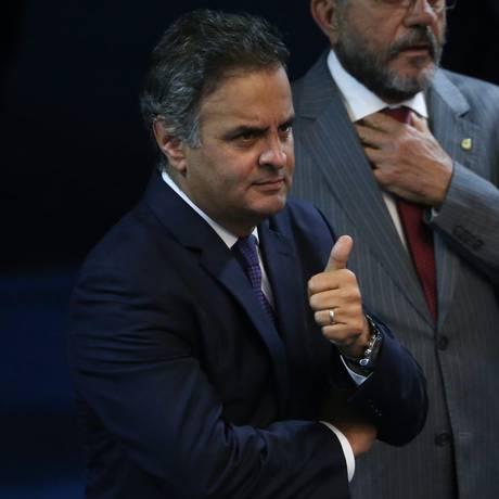 O senador Aécio Neves antes de seu discurso no Senado sobre as acusações de que teria recebido propina da construtora Odebrecht numa conta em Nova York, em abril Foto: André Coelho / Agência O Globo