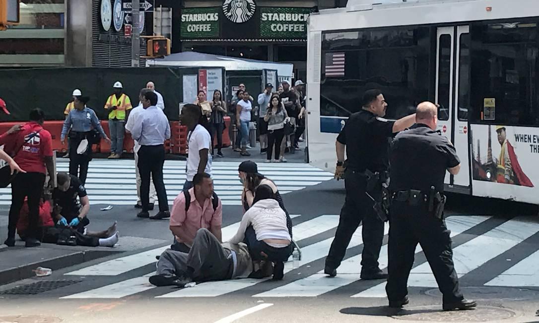 Pedestres ajudaram as pessoas que foram feridas por um carro desgovernado na Times Square, local que atrai turistas do mundo inteiro STAFF / REUTERS
