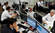 Operadores na corretora Mirae Securities, em São Paulo Foto: PAULO WHITAKER / REUTERS