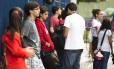 Estudantes aguardam para fazer Enem 2016 Foto: Mônica Imbuzeiro / Agência O Globo