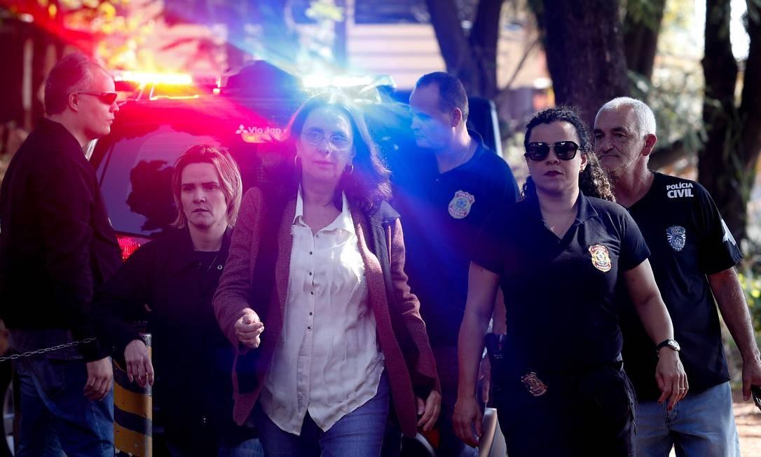 Irmã do senador Aécio Neves, a jornalista Andrea Neves, foi presa nesta manhã pela PF. Na foto, Andrea chega ao IML para exame Marcos Alves / O Globo