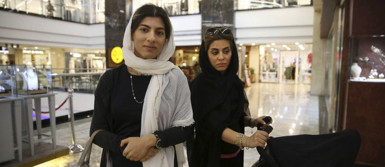 À esquerda, Maryam Amir Moezi, de 26 anos, trabalha como dentista Foto: Vahid Salemi / AP