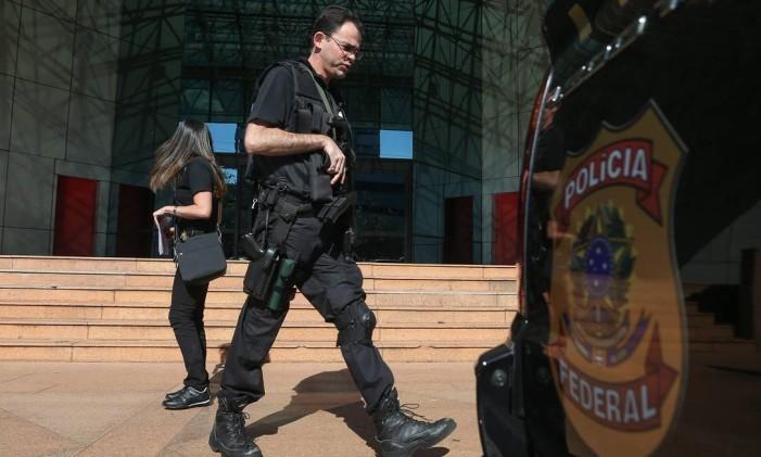Policiais Federais deixam a sede da FUNCEF (Fundos de pensão da Caixa Econômica Federal) em Brasília Foto: Andre Coelho / O Globo