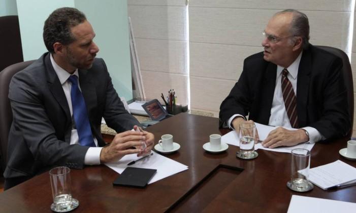 Alex Szapiro, presidente da Amazon no Brasil, e o ministro da Cultura Roberto Freire Foto: Divulgação