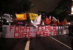 Manifestantes fecham Avenida Paulista em protesto contra Temer Foto: Edilson Dantas / Agência O Globo