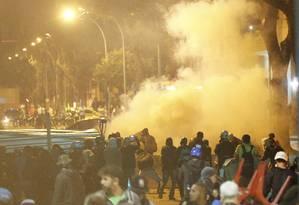 Protesto no Rio termina em confronto entre policiais e manifestantes Foto: Domingos Peixoto / Agência O Globo