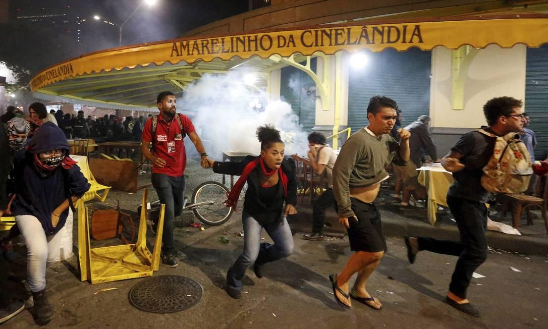 Após o início do confronto, muitas pessoas se refugiaram em direção à Lapa Domingos Peixoto / Agência O Globo