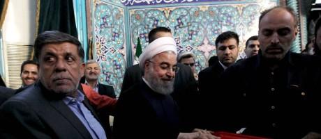 Presidente e candidato à reeleição, Hassan Rouhani deposita seu voto em uma sessão eleitoral em Teerã Foto: MAJID AZAD / AFP