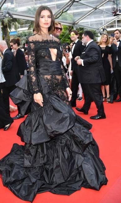 Ninguém, em termos de look, chamou mais atenção no segundo dia do tapete vermelho desta edição do Festival de Cannes do que a modelo Emily Ratajkowski ALBERTO PIZZOLI / AFP