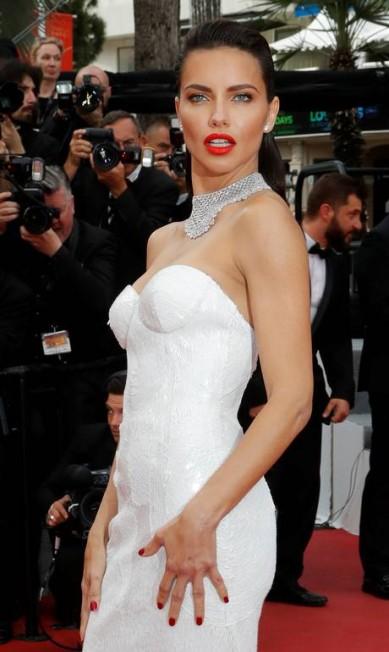 """A brasileira Adriana Lima mostrou todo o seu poder de bombshell na exibição do filme """"Nelyubov"""" ERIC GAILLARD / REUTERS"""