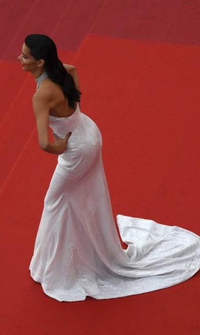Outro ângulo do vestido de Adriana Lima ANNE-CHRISTINE POUJOULAT / AFP