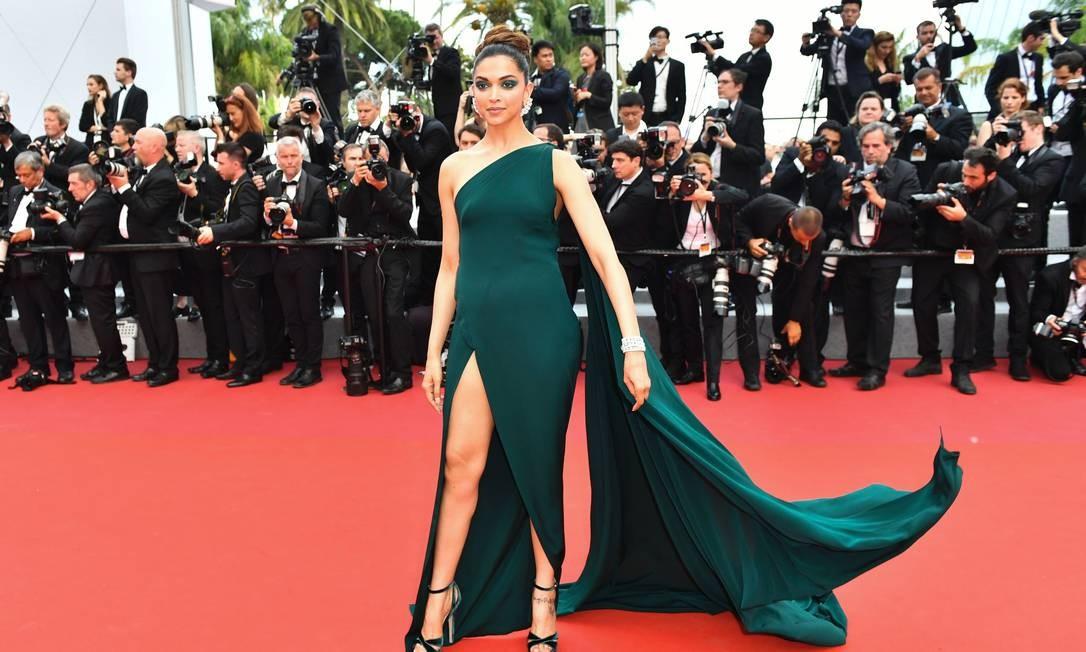 A atriz indiana Deepika Padukone também não economizou na fenda LOIC VENANCE / AFP