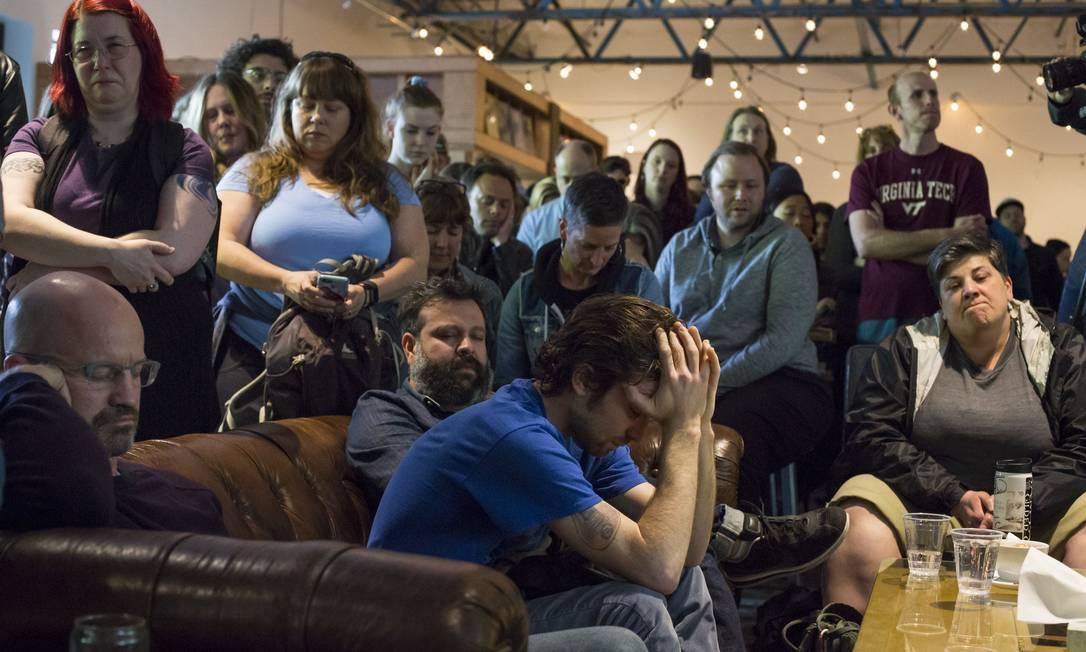 A rádio KEXP, de Seattle, também prestou homenagem ao cantor. No estúdio, fãs se concentram durante um minuto de silêncio. Morto aos 52 anos, o músico deixou sua voz como legado das bandas Soundgarden, Audioslave e Temple of the dog David Ryder / AFP