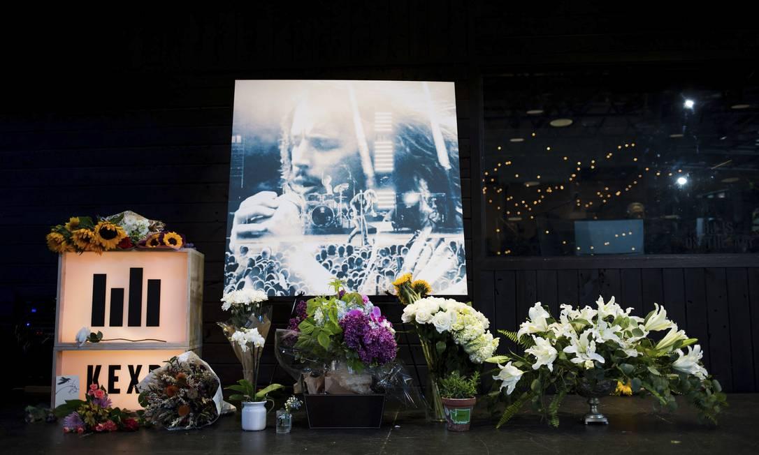 Fãs deixam flores no memorial de Cornell, em Seattle. O cantor faleceu aos 52 anos, após cometer suicídio por enforcamento. Horas antes, o artista se apresentava com o Soundgarden em Detroit Grant Hindsley / AP