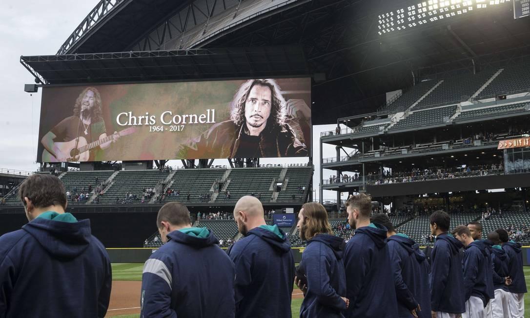 O vocalista do Soundgarden, Chris Cornell, foi homenageado em sua terra natal durante o jogo entre os times de beisebol Chicago White Sox e Seattle Mariners STEPHEN BRASHEAR / AFP