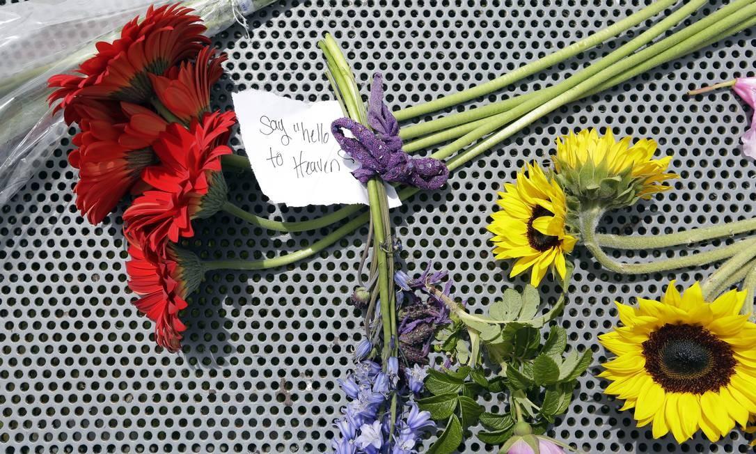 No bilhete, um admirador escreveu 'Say hello to heaven', em referência à música do Temple of the dog, banda da qual Cornell fazia parte. O supergrupo, formado por membros do Pearl Jam e do Mother love bone, é uma homenagem ao ex-vocalista Andrew Wood, morto em março de 1990 Elaine Thompson / AP