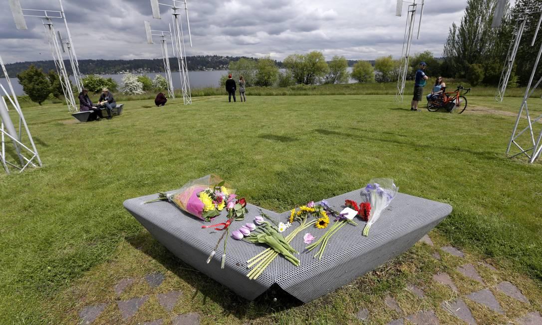 Admiradores do cantor deixam flores em uma escultura do Sound Garden, em Seattle. O jardim inspirou o nome da banda que Cornell ajudou a fundar em 1984 Elaine Thompson / AP