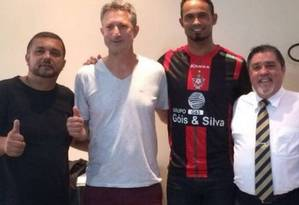 Lúcio Mauro Rodrigues, à esquerda, de camisa preta Foto: Divulgação