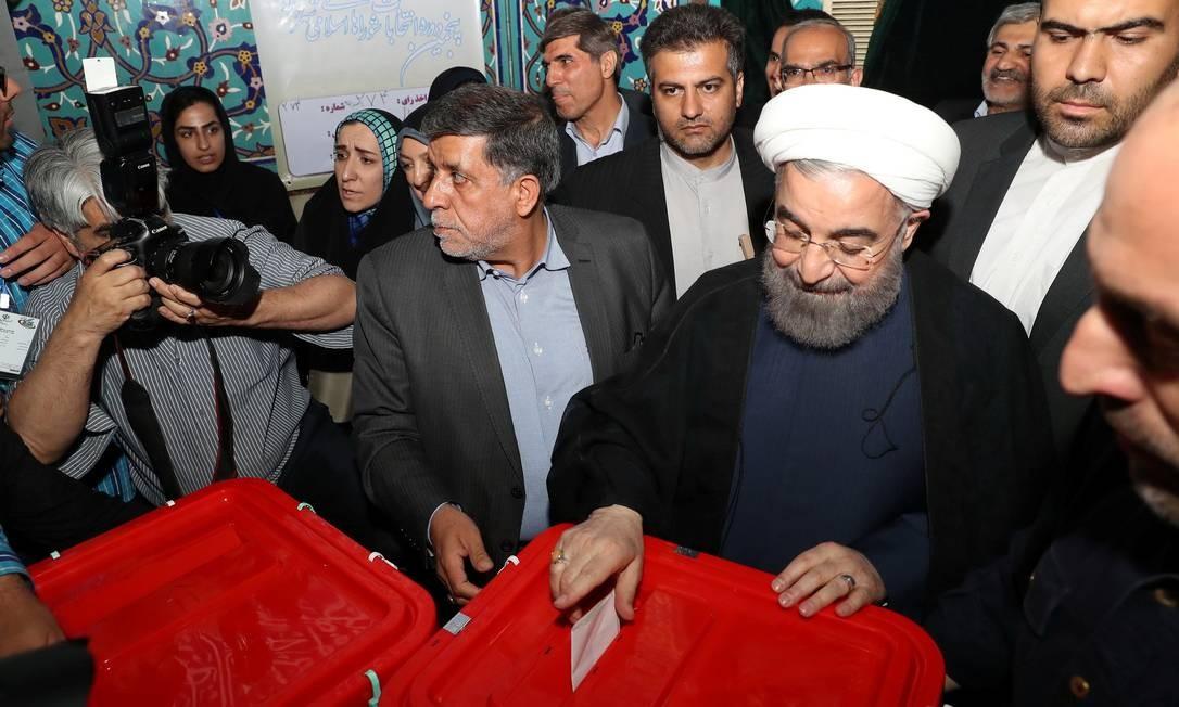 O presidente iraniano, Hassan Rouhani, coloca a cédula com seu voto na urna, em Teerã. A eleição presidencial do Irã,muito importante para o Oriente Médio,é vista como um teste do alcance de Rouhani, que tenta ser reeleito após uma reaproximaçãocom o Ocidente HANDOUT / REUTERS