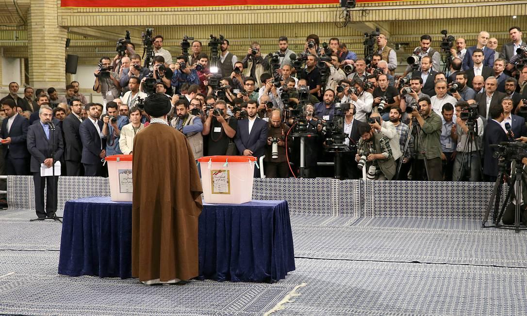 O supremo líder do Irã, aiatolá Ali Khamenei, vota durante a eleição presidencial, em Teerã. O aiatolá apoia o clérigo xiita conservador Ebrahim Raisi HANDOUT / REUTERS