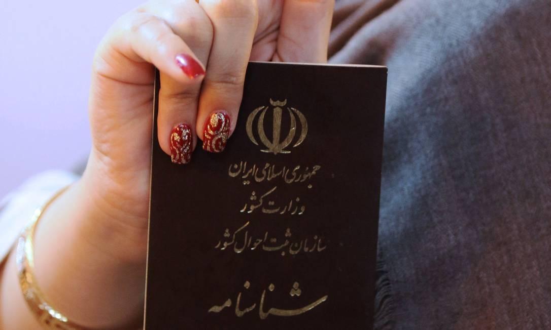 Uma mulher posa para uma foto depois de votar nas eleições presidenciais iranianas na embaixada do país na cidade iraquiana de Basra HAIDAR MOHAMMED ALI / AFP