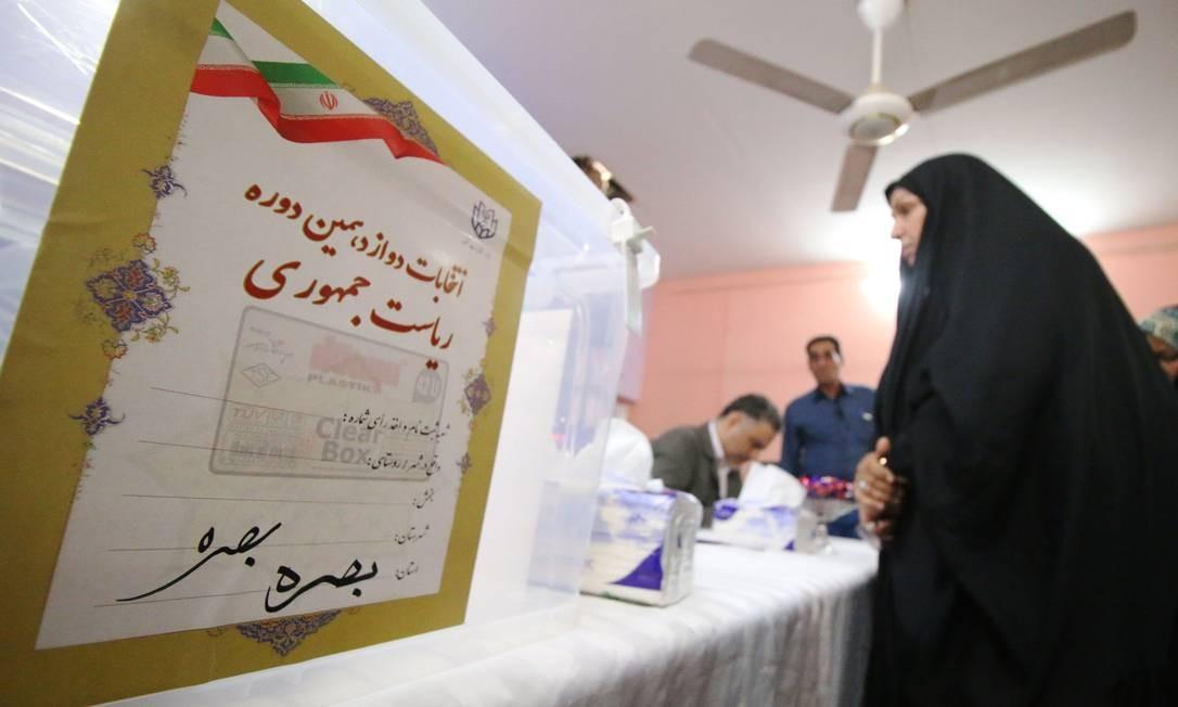 Uma mulher chega para votar nas eleições presidenciais iranianas na embaixada do país na cidade iraquiana de Basra HAIDAR MOHAMMED ALI / AFP
