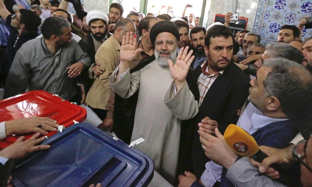 O candidato à Presidência iraniana Ebrahim Raisi acena para a imprensa depois de votar nas eleições presidenciais e municipais em um sessão eleitoral em Teerã STR / AP