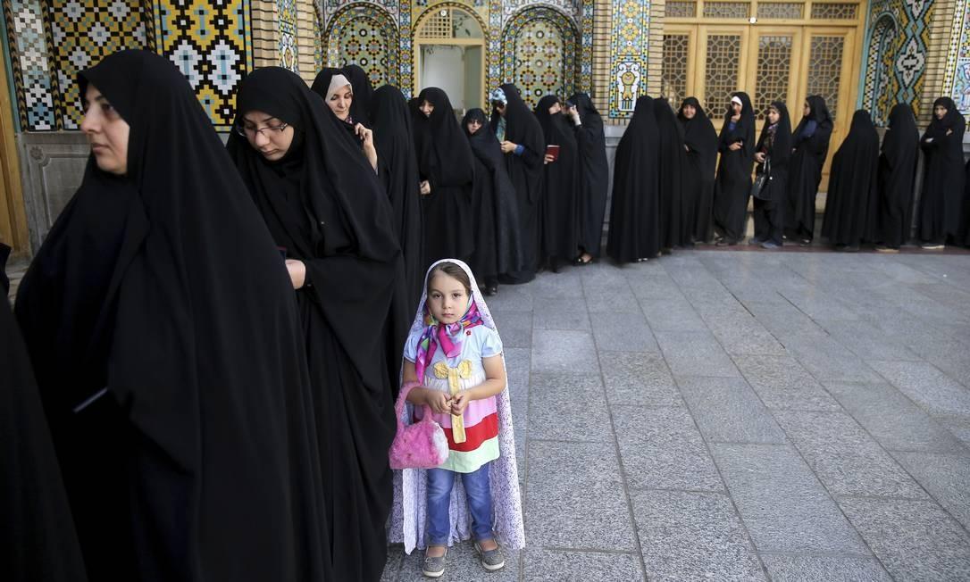 Mulheres fazem fila para votar nas eleições municipais e presidenciais, na cidade de Qom, ao Sul da capital Teerã. Tanto na capital como nas províncias o fluxo de eleitores era grande, com longas filas em alguns locais, levando o governo a estender em duas horas o horário de votação Ebrahim Noroozi / AP