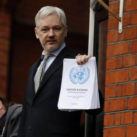 Assange posa para fotos na varanda da Embaixada do Equador em Londres Foto: Frank Augstein / AP