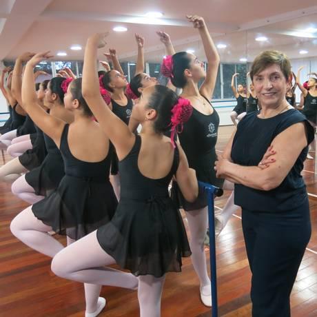 Dóris Geraldi acompanha aula de ballet com alunas do projeto Eflorescer Foto: Daniela Kalicheski / Daniela Kalicheski