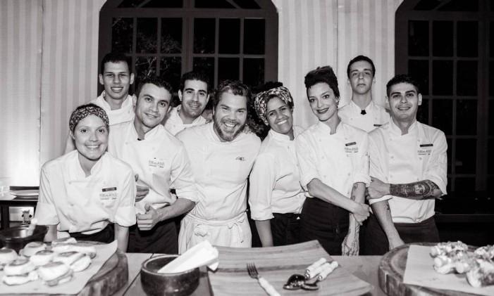 Pedro de Artagão e sua equipe da cozinha show Foto: Divulgação