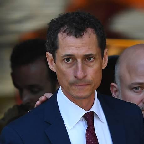 O ex-deputado Anthony Weiner deixa a corte federal em Nova York nesta sexta-feira. Ele admitiu troca de mensagens obscenas com menor Foto: TIMOTHY A. CLARY / AFP
