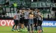 Jogadores do Botafogo se abraçam e comemoram a vitória sobre o Atlético Nacional Foto: Marcelo Theobald / Agência O Globo
