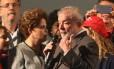 A ex-presidente Dilma Rousseff e o ex-presidente Lula durante ato em Curitiba