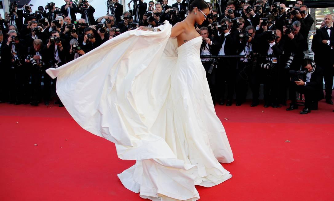 """Em contraste com os óculos pequenos, a cantora apostou na opulência do vestido para a exibição do filme """"Okja"""" JEAN-PAUL PELISSIER / REUTERS"""