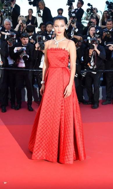 A modelo Bella Hadid escolheu um modelito bem mais comportado do que o ela usou no primeiro dia de tapete vermelho... ALBERTO PIZZOLI / AFP