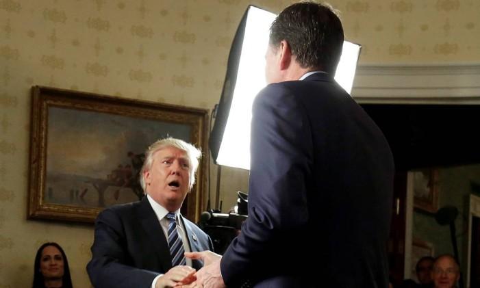 O presidente dos Estados Unidos, Donald Trump, cumprimenta o então diretor do FBI, James Comey, durante evento no Salão Azul, em Washington Foto: Joshua Roberts / REUTERS