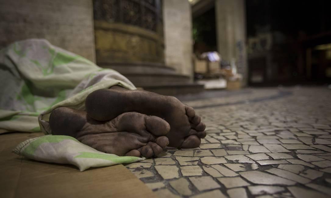 Morador de rua dorme na calçada da esquina, de dia movimentada, à noite ocupadas pelas pessoas sem lar Alexandre Cassiano / Agência O Globo
