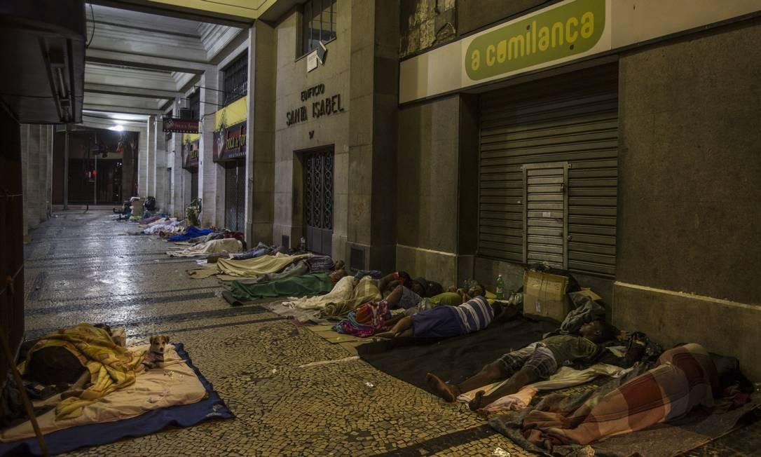 Já no Centro, a esquina das avenidas Almirante Barroso com Graça Aranha é um dos trechos que mais concentram moradores de rua no Rio Foto: Alexandre Cassiano / Agência O Globo