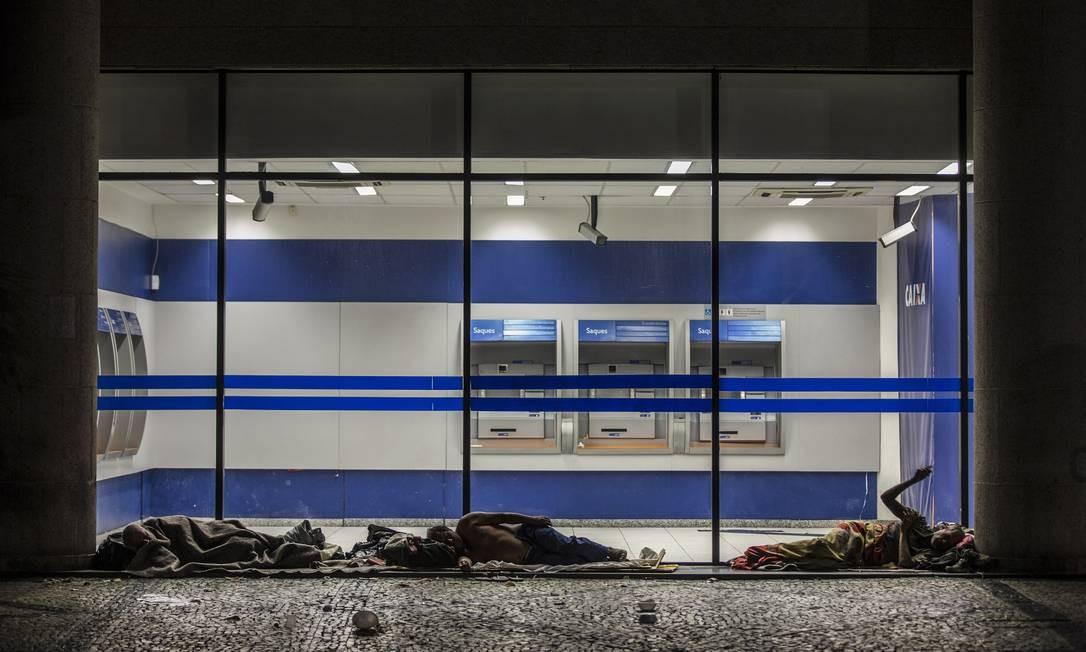Na região, um grupo deles dorme em frente a uma agência bancária Foto: Alexandre Cassiano / Agência O Globo