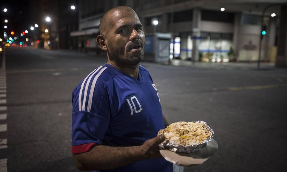 Evandro dos Santos, o Baixinho, de 41 anos, é um dos moradores que há mais tempo ocupa a região. Já são mais de 30 anos de rua Foto: Alexandre Cassiano / Agência O Globo