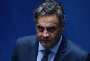 Afastado do Senado e da presidência do PSDB, Aécio Neves é acusado de tentar barrar a Lava-Jato Foto: Jorge William / Agência O Globo