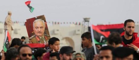 Líbios seguram pôster do marechal Khalifa Haftar durante celebrações marcando o terceiro aniversário do Exército Nacional Líbio (ENL) Foto: ESAM OMRAN AL-FETORI / REUTERS