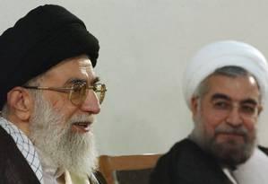 Khamenei e Rouhani: embates políticos às margens da sociedade Foto: AP