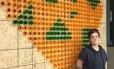 Instalação interativa da artista americana Mikhael Tara Garrer: público pode deixar recado na estrutura de coração feita de suportes de medicamentos