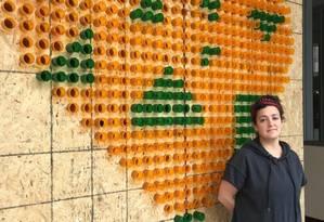 Instalação interativa da artista americana Mikhael Tara Garrer: público pode deixar recado na estrutura de coração feita de suportes de medicamentos Foto: Henrique Gomes Batista