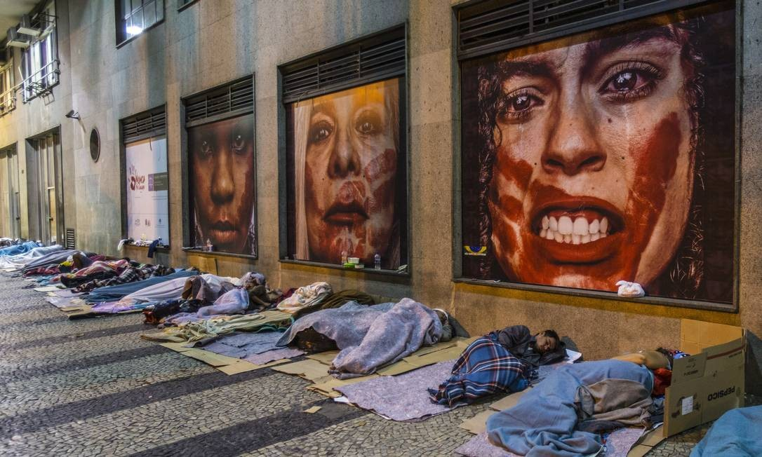Dezenas de moradores de rua dormem em calçada da Avenida Marechal Câmara: no Rio, são quase 15 mil pessoas sem lar que perambulam pelas ruas Foto: Alexandre Cassiano / Agência O Globo