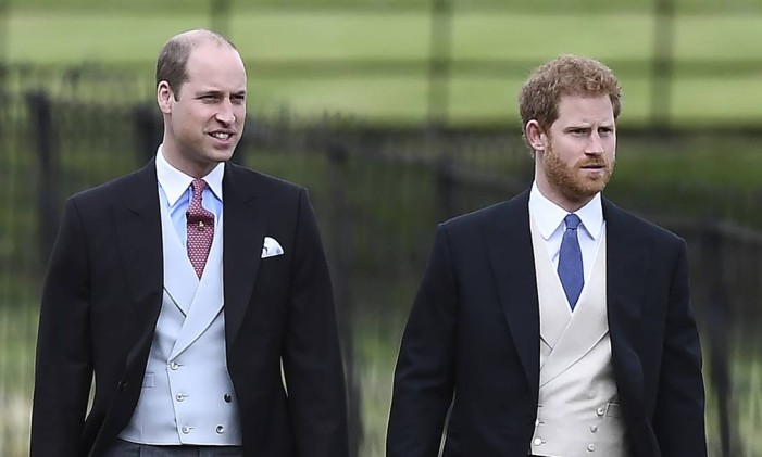 Os príncipes William (à esquerda) e Harry chegando ao casamento Foto: Justin Tallis / AP