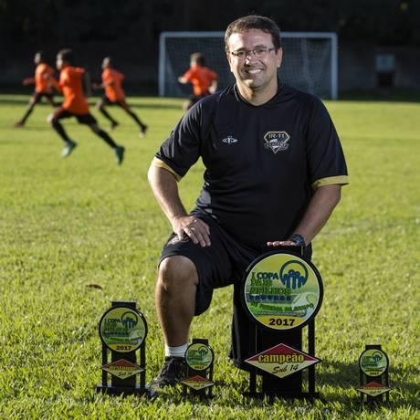 Fabio Fernandes é o coordenador técnico do time, que reserva 30% das vagas para bolsistas Foto: Agência O Globo / Leo Martins
