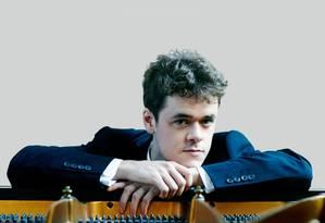 Em seu recital de domingo no Municipal, Benjamin Grosvenor tocará peças de Mozart, Beethoven, Schumann, Scriabin e Lizst Foto: Divulgação/Sophie Wright